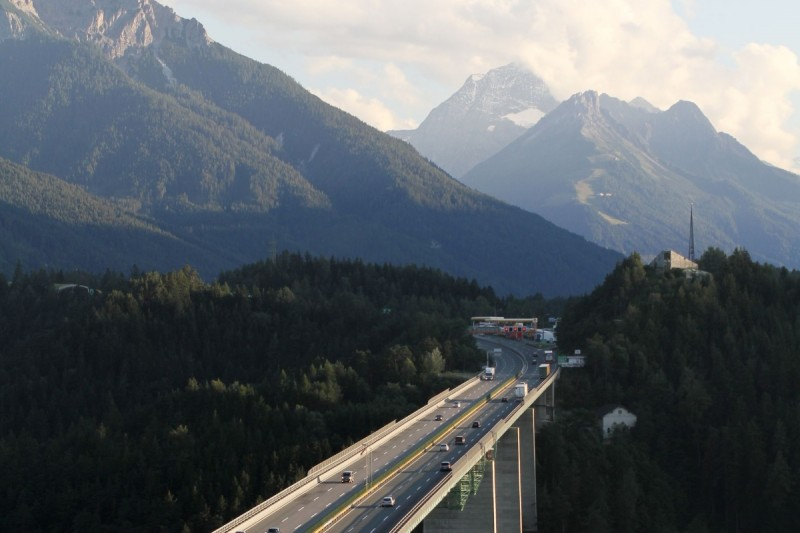 An iconic moment: the Tour of the Alps crosses the Europa Bridge in Tyrol