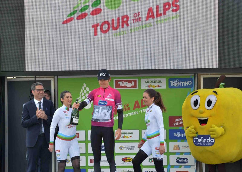 Award ceremony: Thomas celebrates the Fuchsia jersey